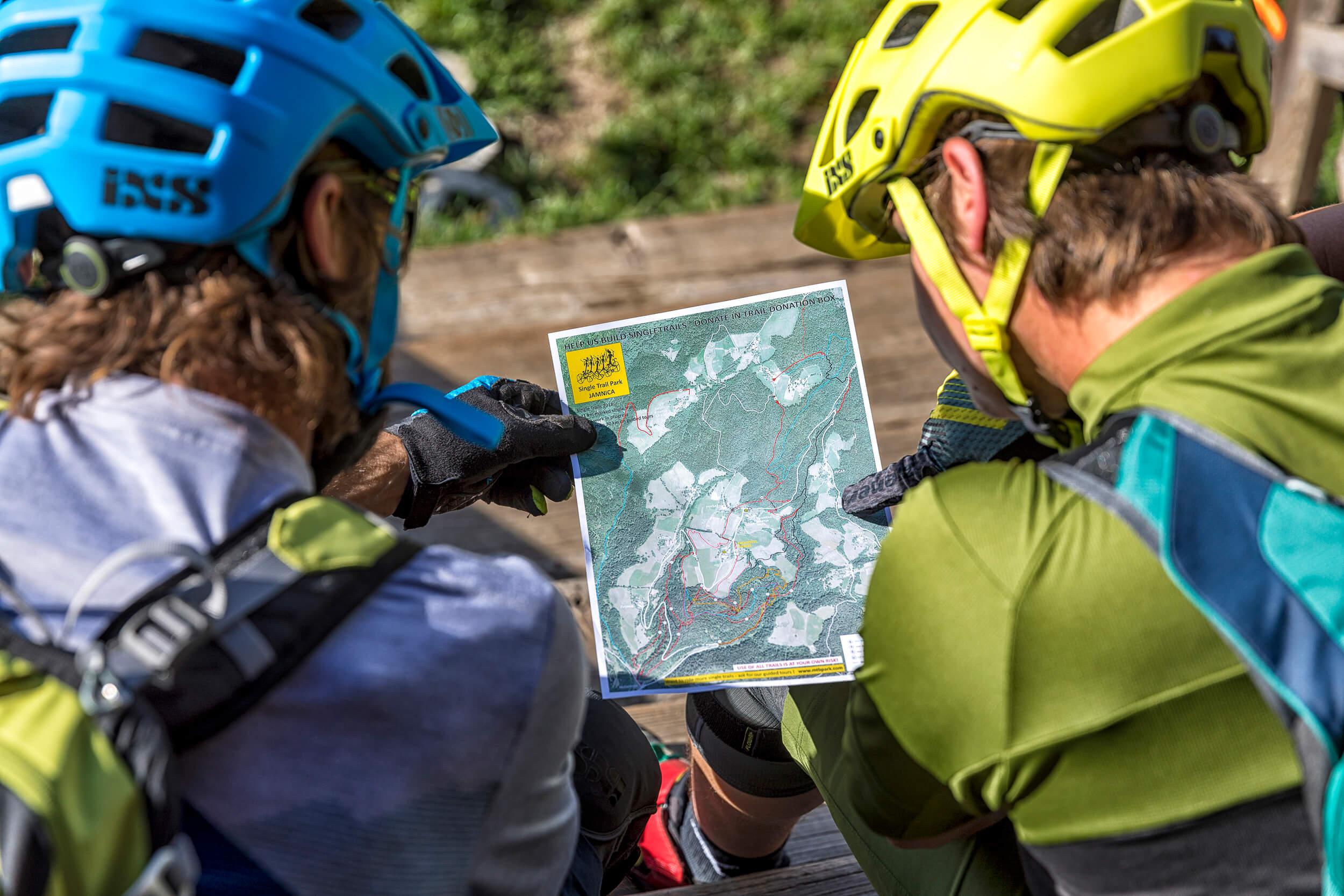 Biker-Rast mit Blick auf die Tourenkarte vom Trailpark Jamnica © WOM Medien
