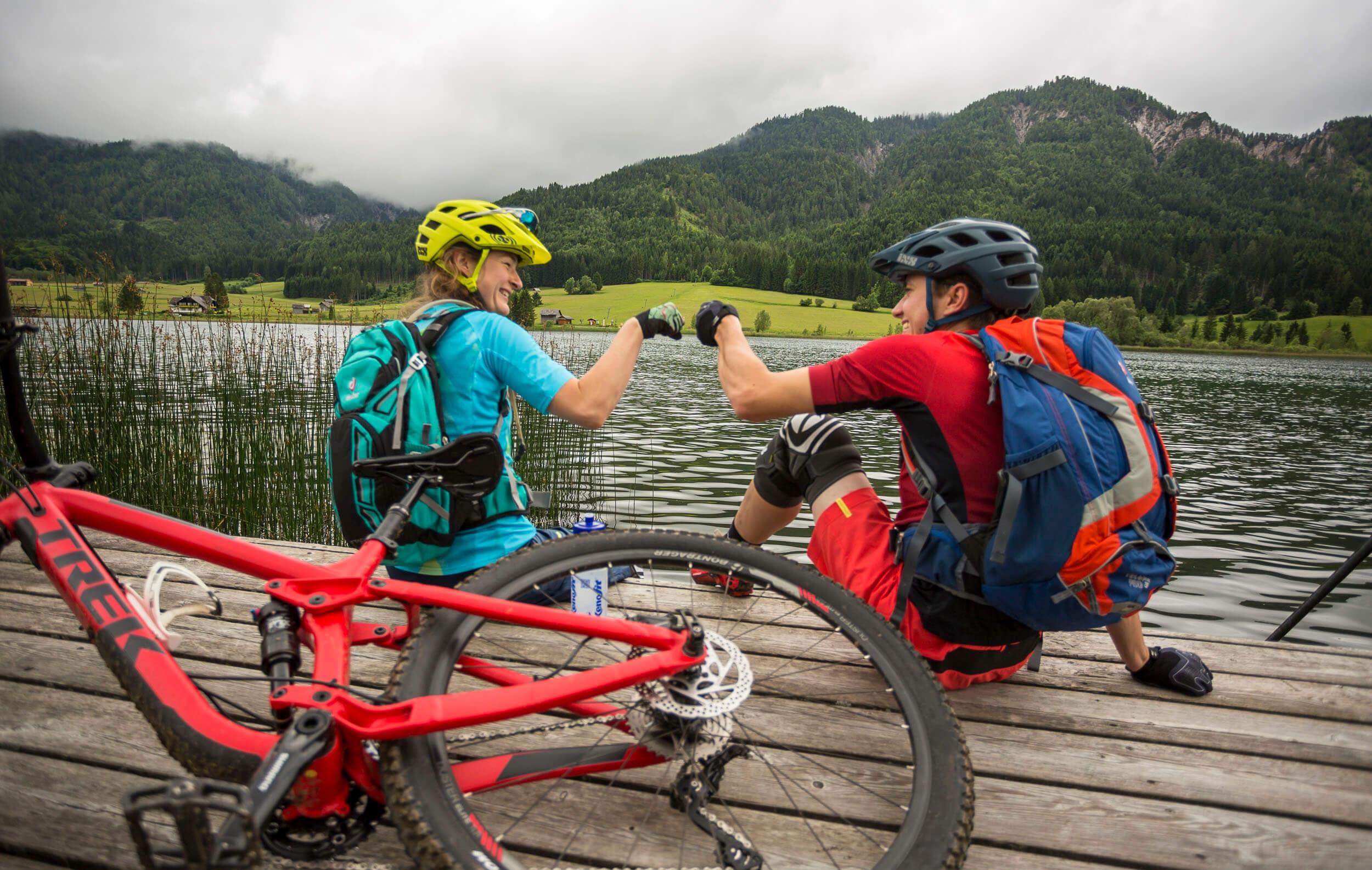 Biker-Pause am Weissensee in Kärnten © WOM Medien